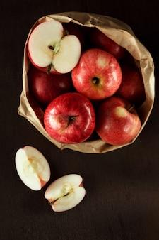 クラフトバッグに赤いリンゴ。