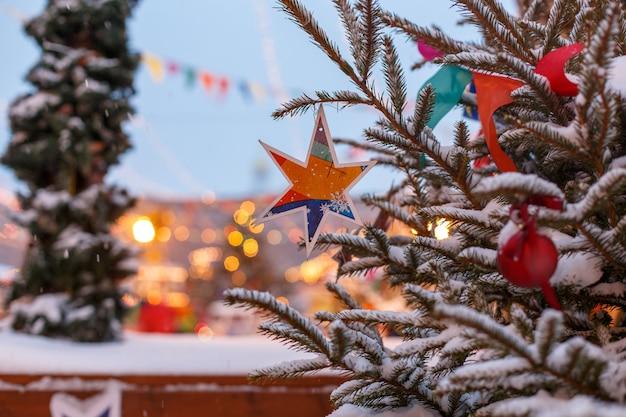 装飾クリスマスツリー屋外。