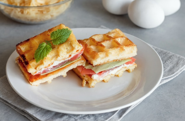 Сковородка с лососем. яйцо и сыр вафли на завтрак. кето диета. сыр вафельный.