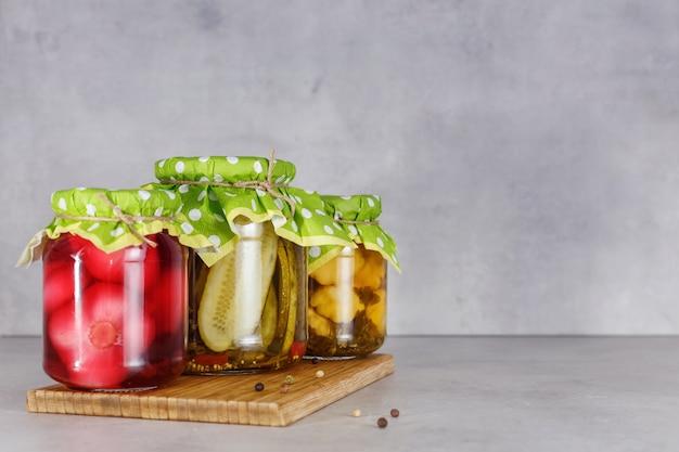Заквашенная консервированная вегетарианская еда в стеклянных банках. концепция консервов. копировать пространство