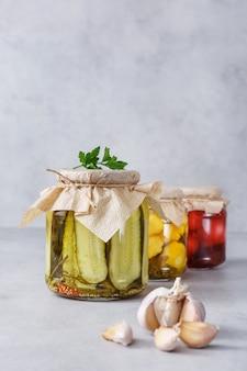 Заквашенная консервированная вегетарианская еда в стеклянных банках. концепция консервов.
