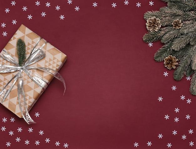 赤の背景のクリスマスの装飾