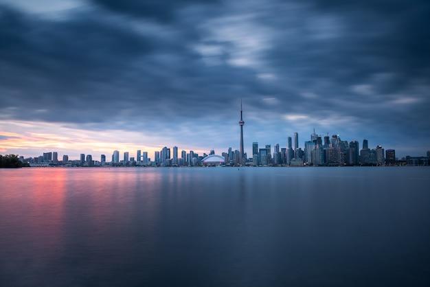 トロントの都市の建物とスカイライン、カナダ
