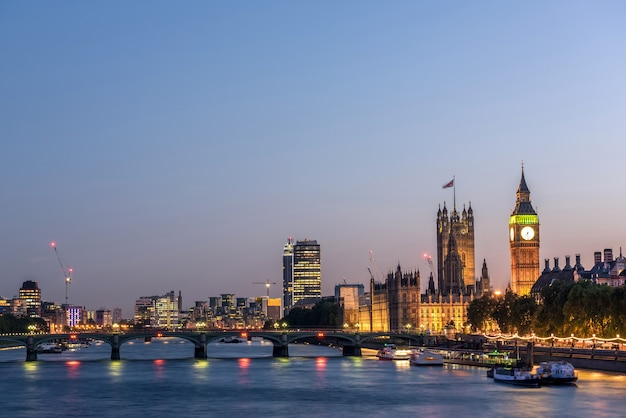 夜、イギリスのロンドンシティスカイライン