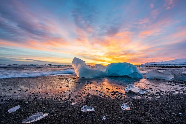 アイスランドのダイヤモンドビーチで氷山