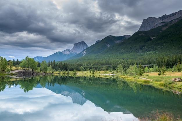 カナダ、アルバータ州バンフ国立公園の美しい湖