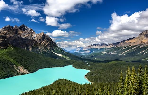 カナダ、アルバータ州バンフ国立公園の美しいペイト湖