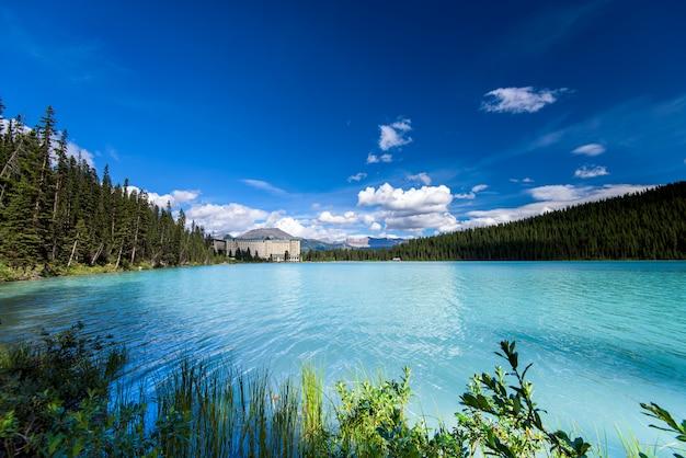 Озеро луиза, национальный парк банф, канада