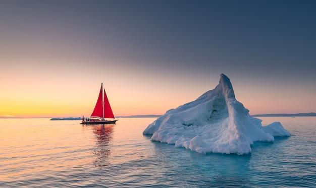 Красный сиал и айсберги в гренландии