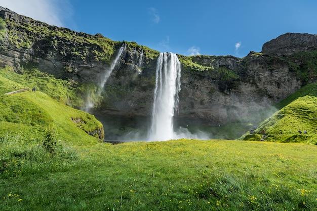 夏のアイスランドのセリャラントスフォスの滝
