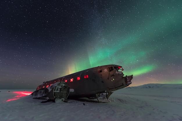 アイスランドの飛行機の残骸上のオーロラオーロラ