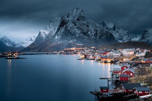 冬、ノルウェーのロフォーテン諸島のレーヌ村の美しい風景