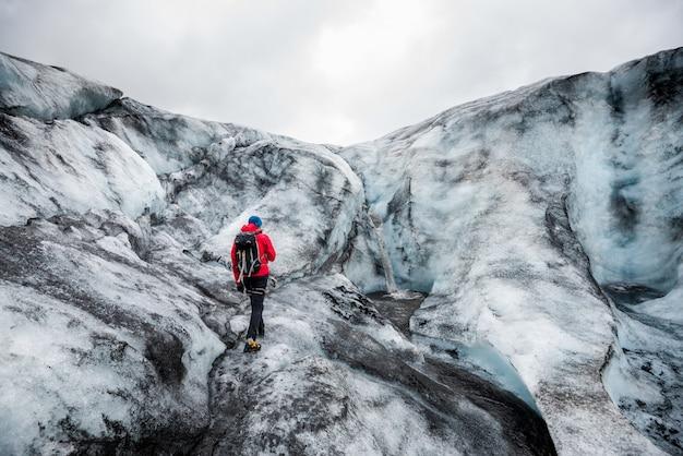 アイスランドの氷河ハイキング