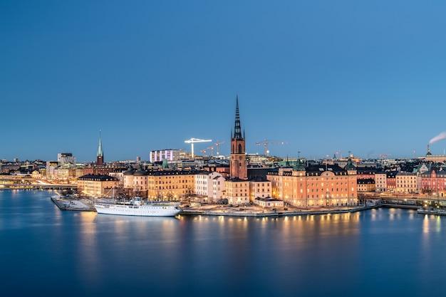 Стокгольм город ночью в швеции.