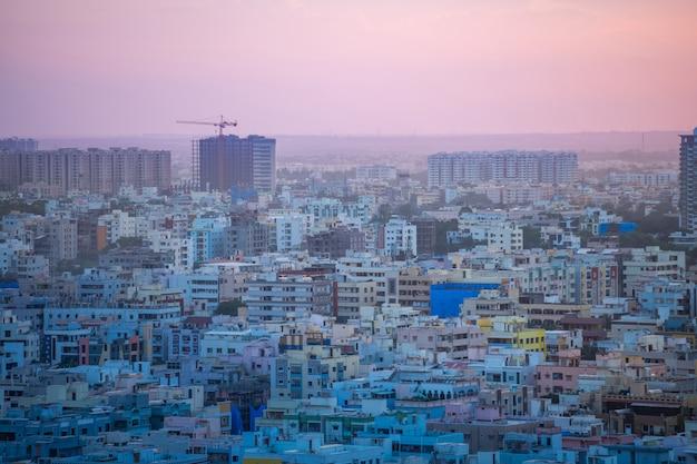 ハイデラバードの都市の建物とインドのスカイライン
