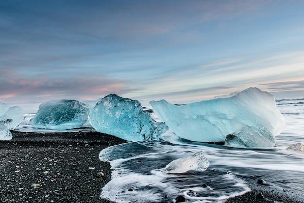 Красивый алмазный пляж в исландии