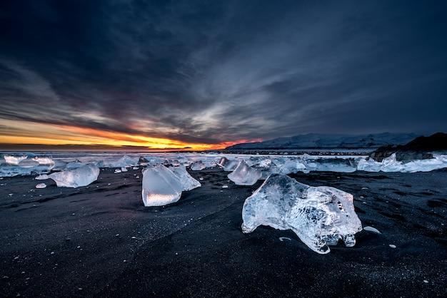 Алмазный черный песчаный пляж на закате в исландии