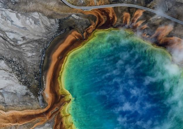 Вид с воздуха на гранд призматической весны в йеллоустонском национальном парке, сша