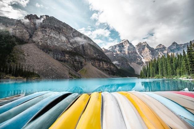 バンフ国立公園、アルバータ、カナダの美しいモレーン湖