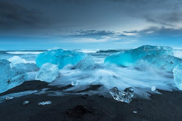 Айсберги на алмазном пляже в исландии