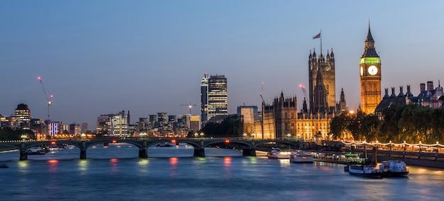 ウェストミンスター大修道院とビッグベン夜、ロンドン、イギリス