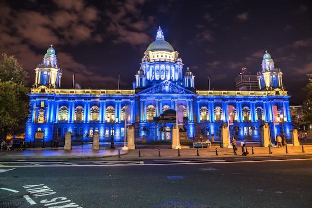 Город белфаст ночью, северная ирландия, великобритания
