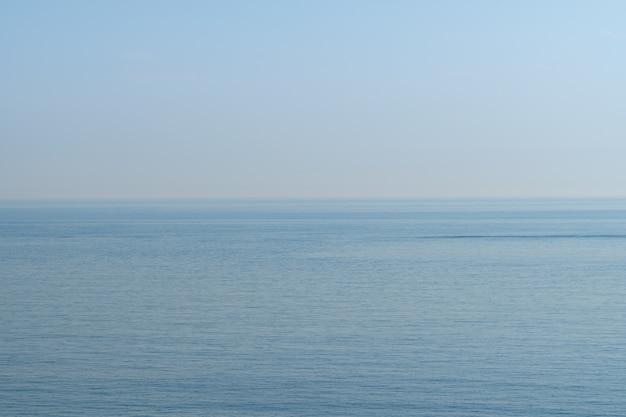 淡い青空と海、韓国の済州島、スウォルボン火山周辺の海岸。