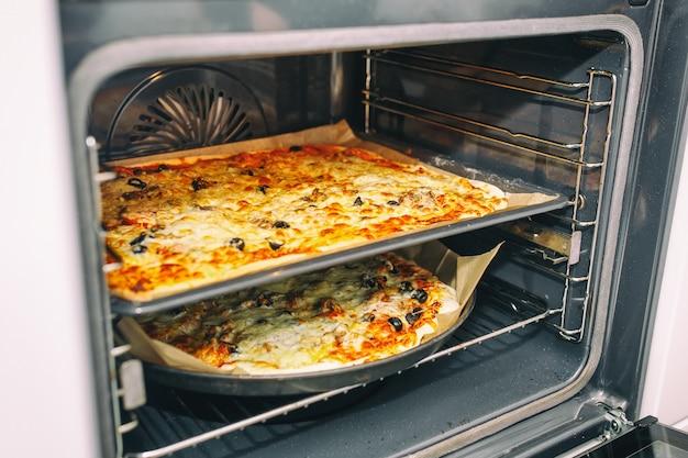 オーブンから出てくる自家製ピザ。健康食品のコンセプト