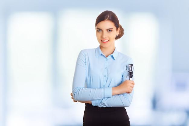 青い服で幸せな笑顔若い陽気な実業家の肖像画