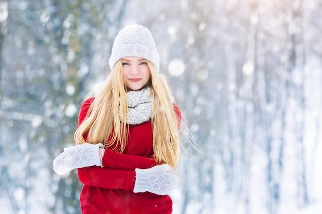 冬の若い十代の少女の肖像画。笑って、冬の公園で楽しんでうれしそうな美少女モデル