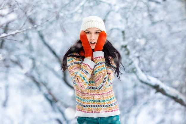 冬の若い女性の肖像画。笑って、冬の公園で楽しんでうれしそうな美少女モデル