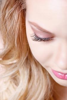 Салон макияжа для голубых глаз. часть красивого лица крупным планом
