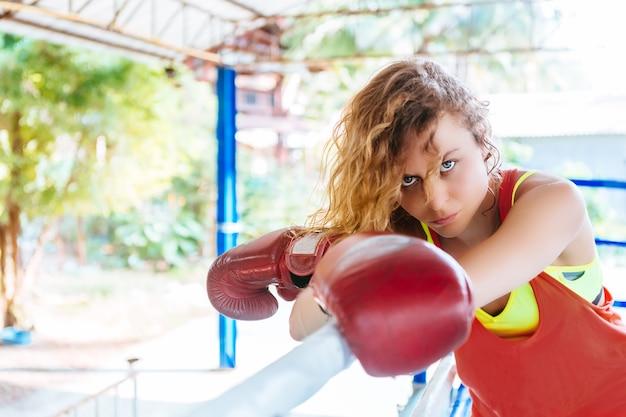 タイのボクシングリングの中の女性のボクサー