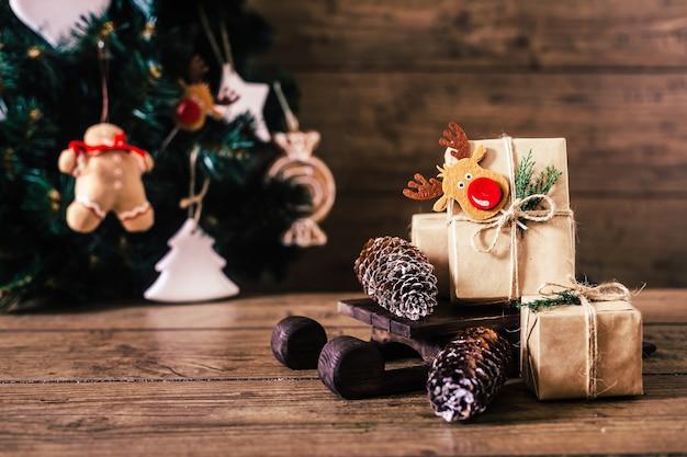 木製の背景にボックスでクリスマスプレゼント