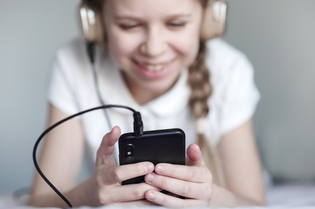 Счастливый подросток девушка разговаривает с друзьями через видео-чат и сидя дома в карантине, коронавирус, концепция связи