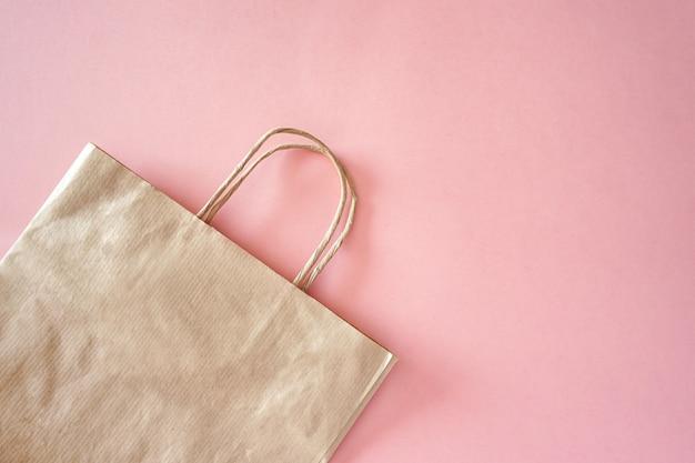 ピンクの壁にペーパークラフトバッグ、エコバッグ