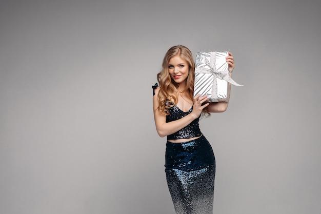 Элегантная женщина ищет и держит подарок