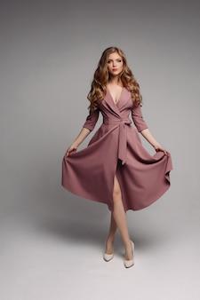きれいな金髪の長いインクドレスと回転