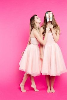 ドレスを着て楽しんで、キスを送るガールフレンド。