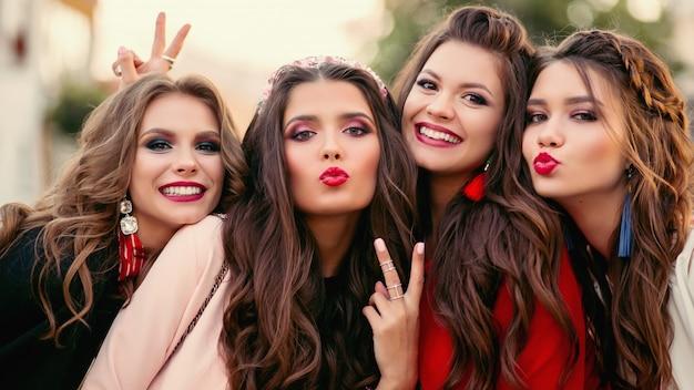 Группа великолепных женщин друзей, улыбаясь и жесты