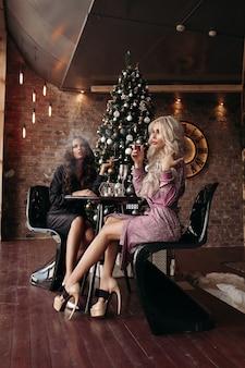 クリスマスにドレスを着た豪華な女性。