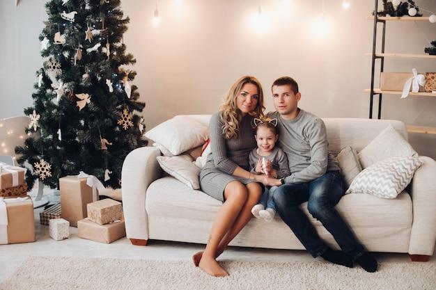 クリスマスプレゼントの家族。クリスマスツリー。