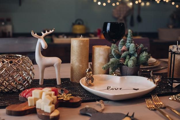 白いキャンドルとコーンの間で感謝祭のテーブルの設定