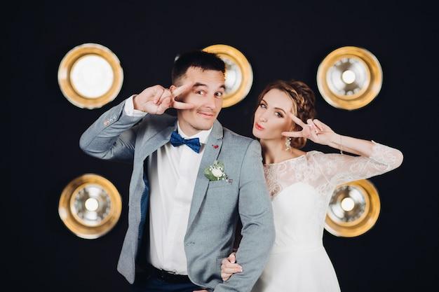 肯定的な結婚式のカップルが楽しんで、パーティーでダンス