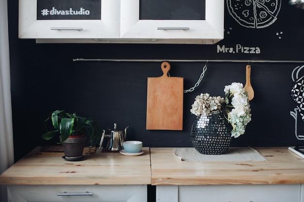 Роскошная кухня выполнена в модном дизайне с хорошим вкусом