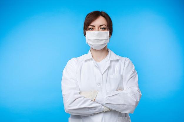 白い制服と防護マスクのポーズで専門の女性医師の肖像画