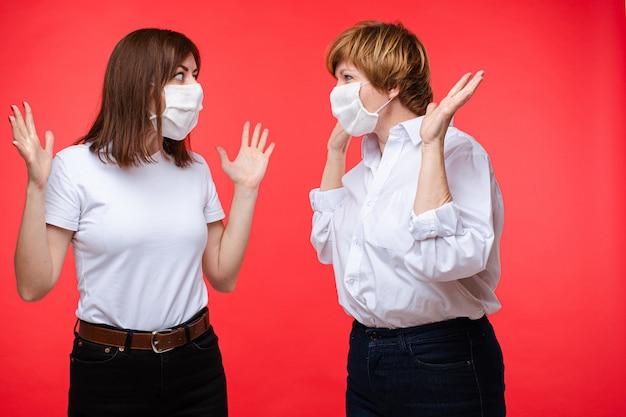 Две напуганные женщины в масках