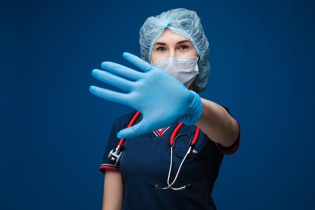 Доктор, показывая стоп знак в перчатке латекса.