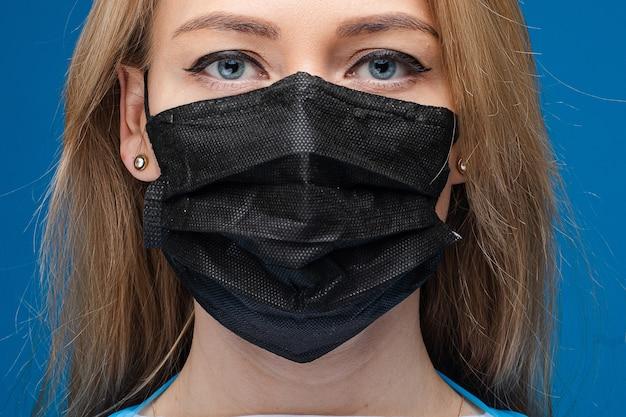 Кавказская женщина в асептической маске. остановить вирусы концепции.