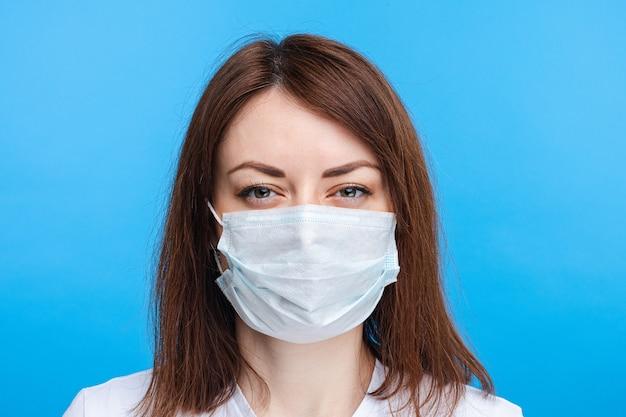Подозрительная женщина в асептической маске